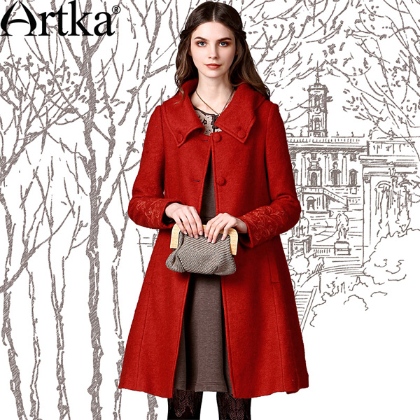 Яркое пальто А-силуэта с отложным воротником и вышивкой на рукавах